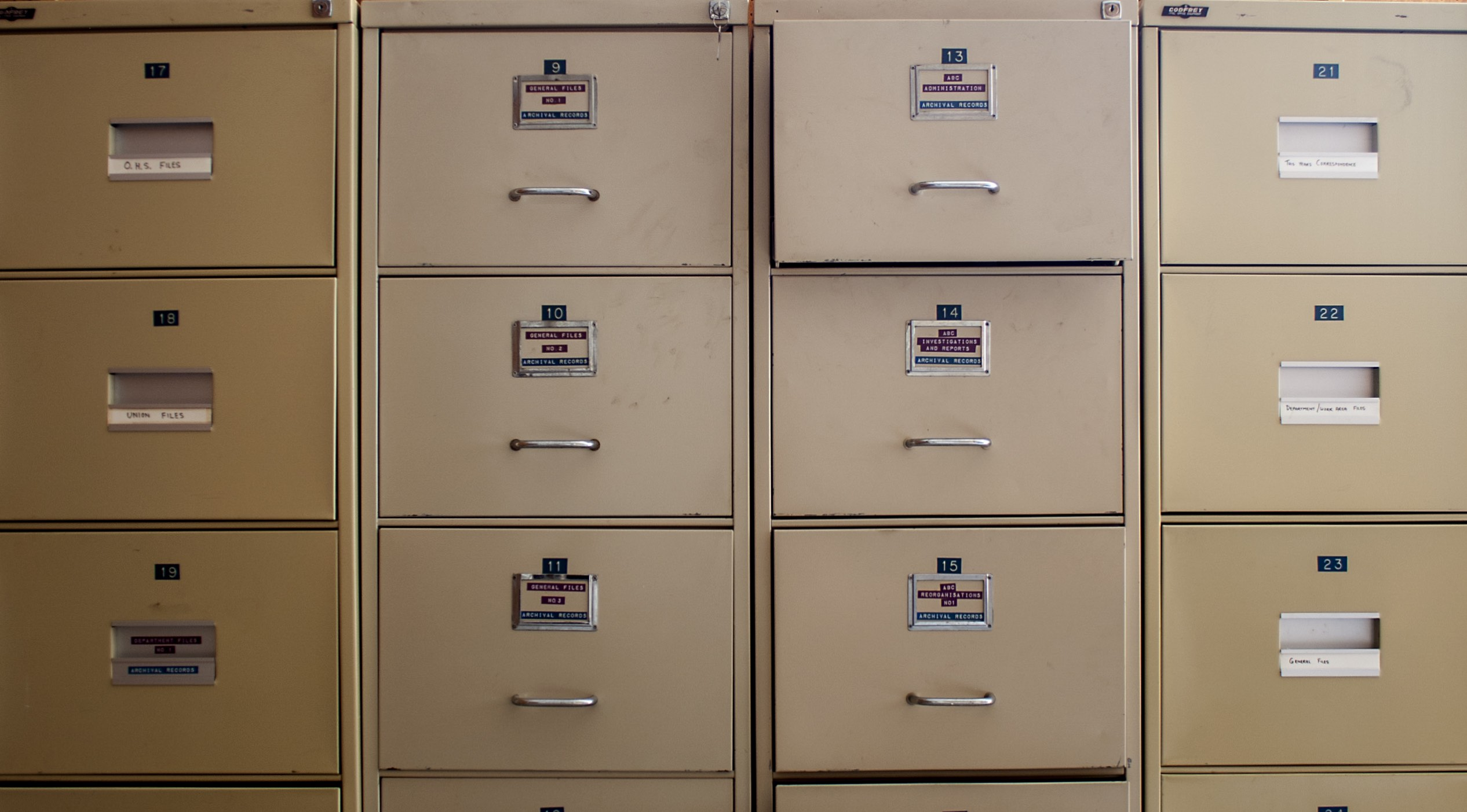 How to Hold Files in a Filing Cabinet
