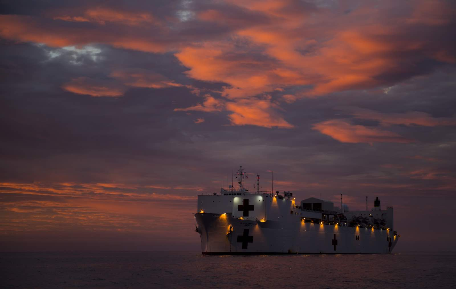 The world's largest hospital ship, USNS Mercy, sits at anchor off Bougainville in 2015 (Photo: Gonzalo Alonso/Flickr)
