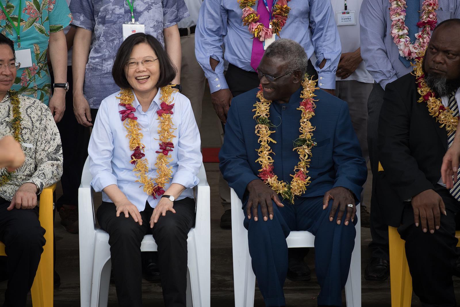 Taiwan's Tsai Ing-wen (left) with Solomon Islands' Manasseh Sogavare in Honiara, 2017 (Photo: Taiwan Presidential Office/Flickr)