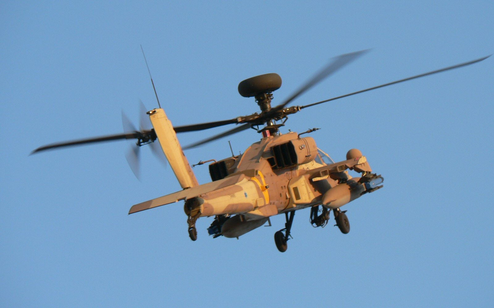 An Israeli Air Force Apache helicopter (Photo: Galit/Flickr)