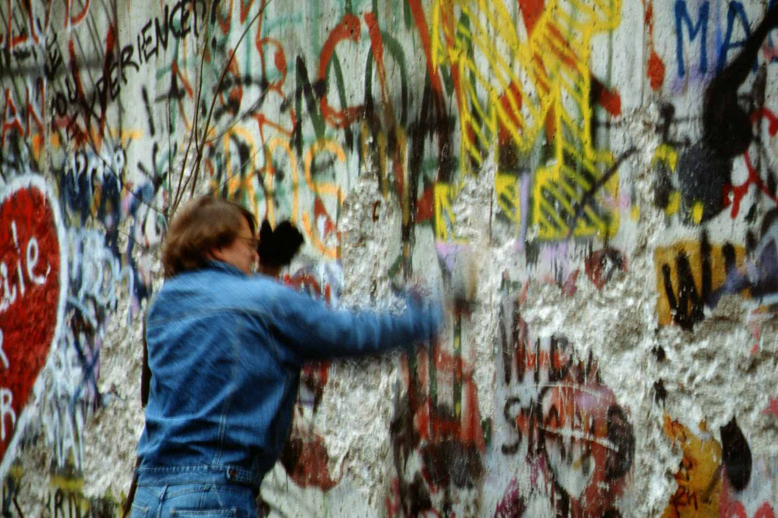 Having a go at the Berlin Wall, November 1989 (Photo: Thiémard horlogerie/Flickr)