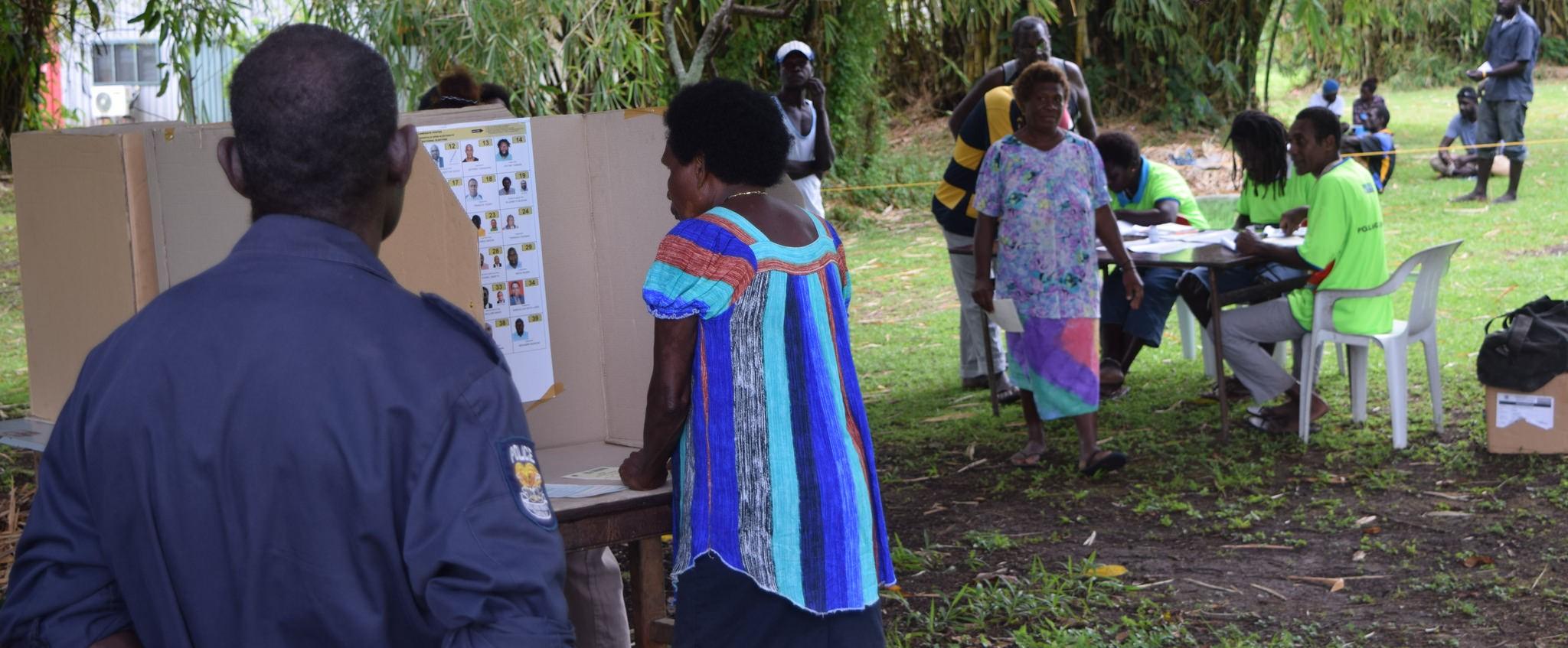 A woman votes in Bougainville, Papua New Guinea, June 2017 (Photo:Flickr/Commonwealth Secretariat)