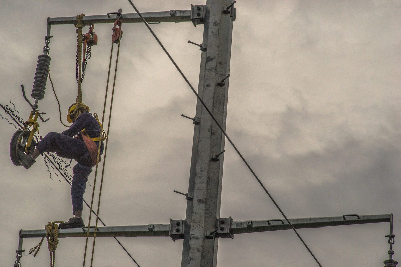 Transmission lines installation in Kimbe, West New Britain, Papua New Guinea (Photo: ADB/Flickr)
