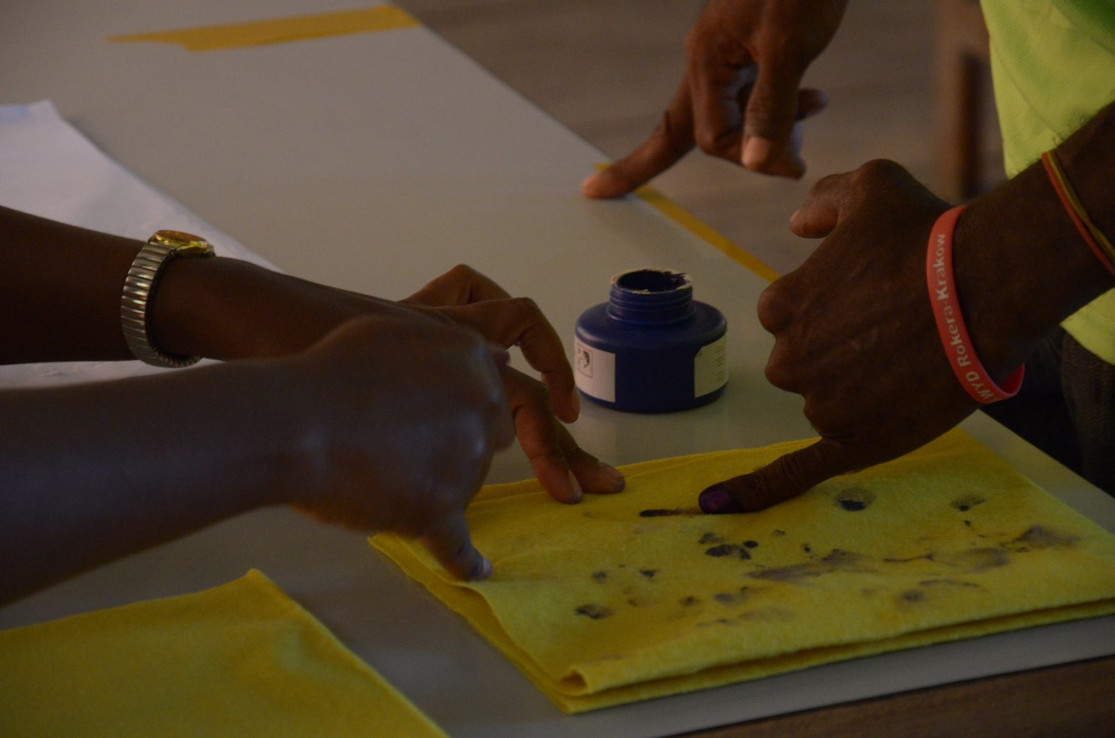 Voters dip into ink for the Solomon Islands elections (Photo: Commonwealth Secretariat/Flickr)