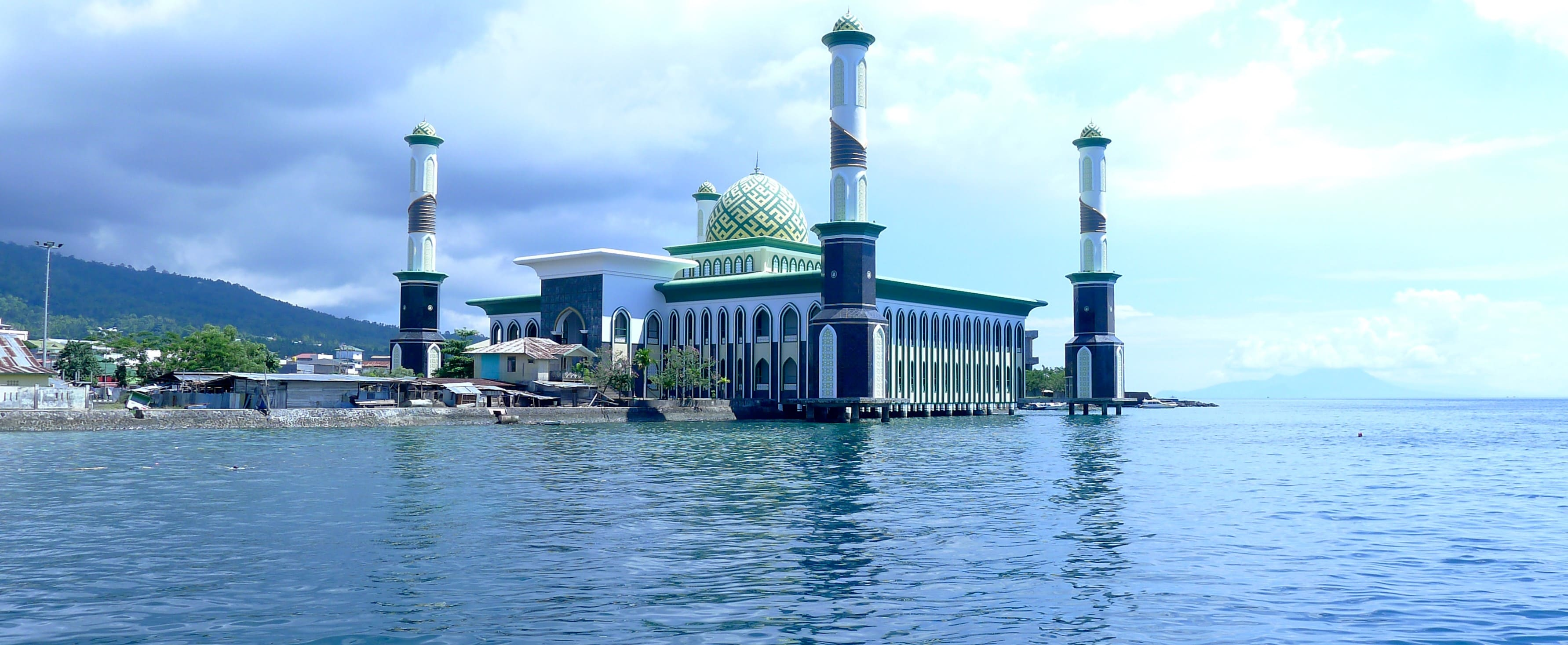 The Grand Mosque in Ternate in 2011, still with all four minarets (Photo: Marcel Holyoak/Flickr)