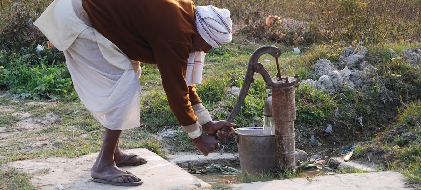 A farmer pumps water in Bihar, India (Photo: International Maize and Wheat Improvement Center/ Flickr)