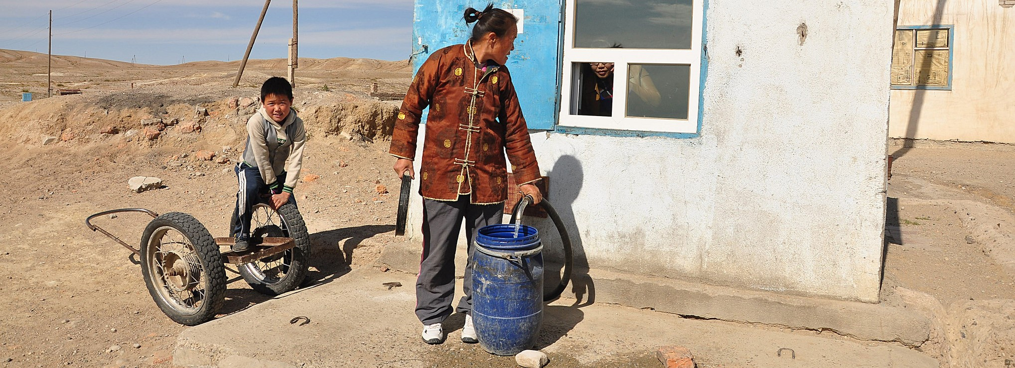 Villagers from Sainshand, Mongolia with water from an ADB supported kiosk. (Photo: Flickr/ADB)