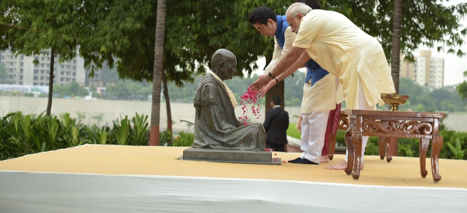 India's Prime Minister Modi and Japanese PM Shinzo Abe pay tributes to Mahatma Gandhi, at Sabarmati Ashram in Gujarat. (Photo: MEAPhotogallery/Flickr)