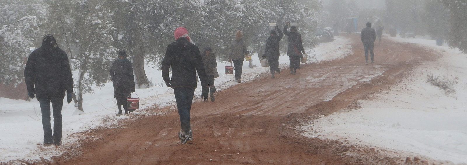 Syrians collect food aid amid snow in Aleppo (Photo: Mamun Ebu Omer/Getty Images)