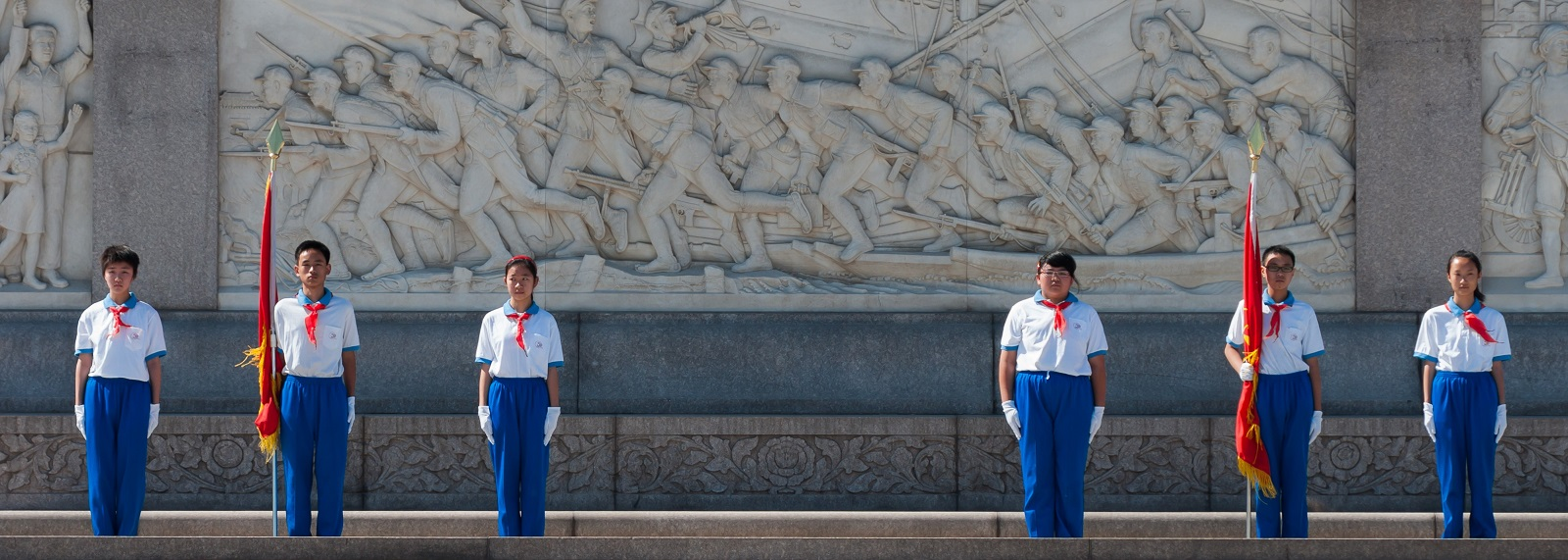 Young Pioneers of China standing honour guard at the Monument to the People's Heroes at Tiananmen Square (Photo: CEphoto/Uwe Aranas)