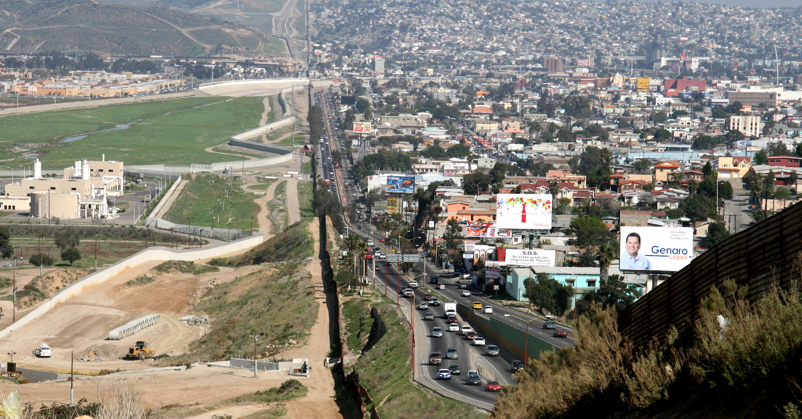 Border between Mexico (right) and the United States (left) (Photo: Wikimedia Commons)