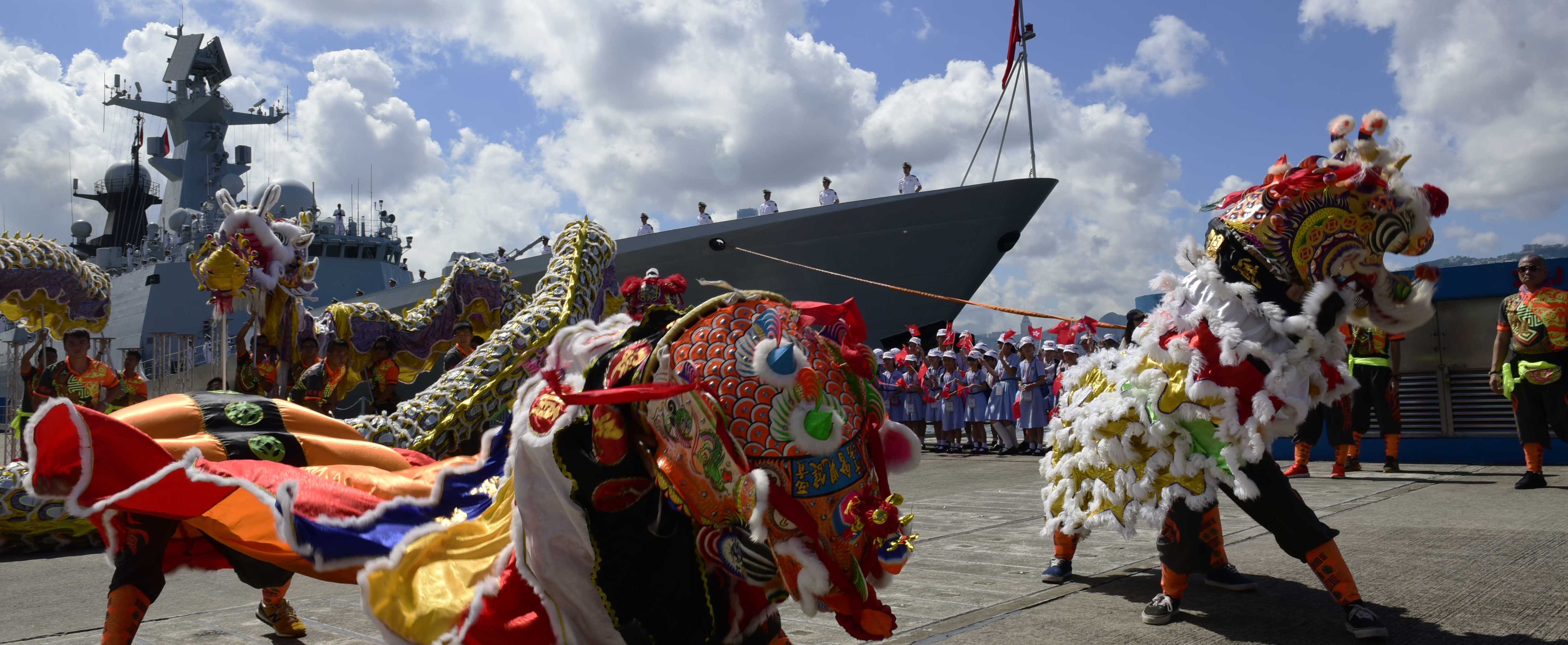 Farewell for Chinese aircraft carrier Liaoning and its escort ships, Hong Kong (Photo: Xu Dongdong/Getty Images)