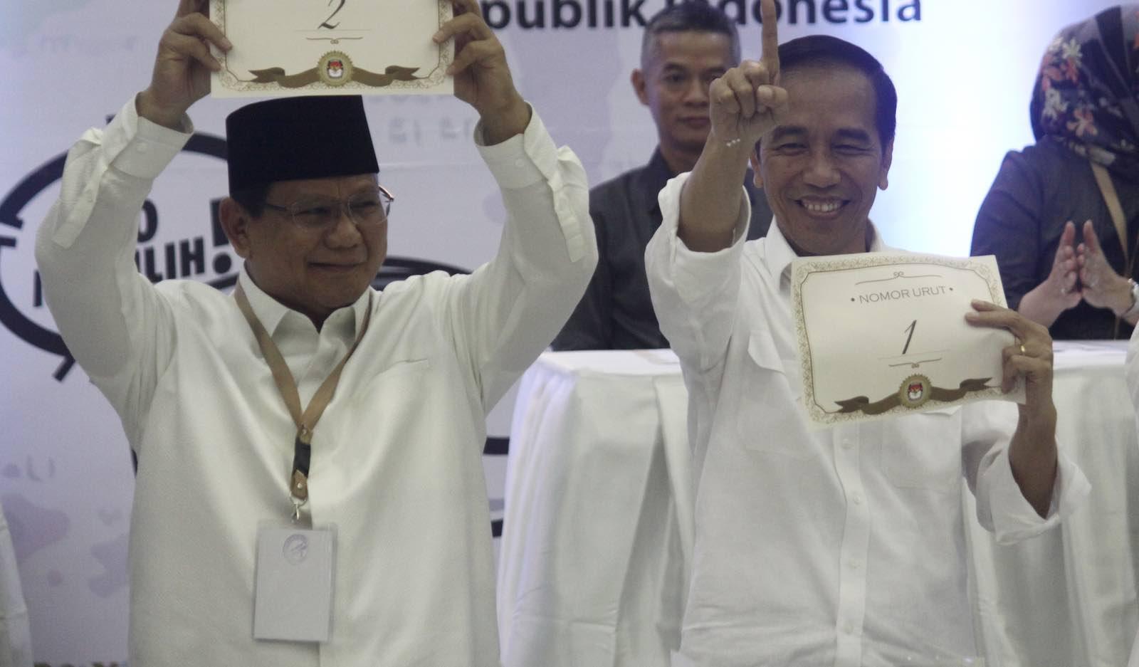 Indonesian President Joko Widodo (right) and candidate Prabowo Subianto draw ballot numbers in September (Photo: Aditya Irawan via Getty)