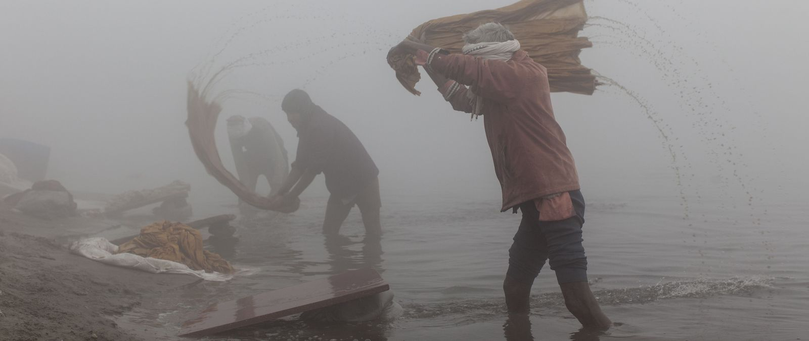 An open air laundry on the banks of the Yamuna River amid heavy fog and smog conditions (Photo: Xavier Galiana via Getty)