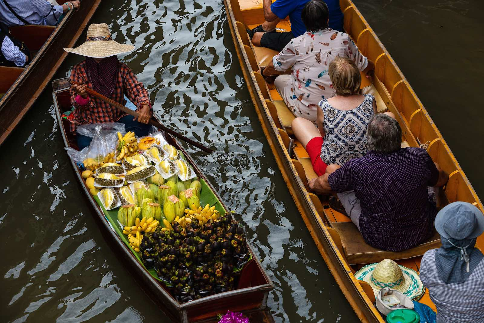 It's tricky getting everyone pointed in the same direction: a floating market in Damnoen Saduak, Thailand (Photo: Eduardo Leal via Getty)