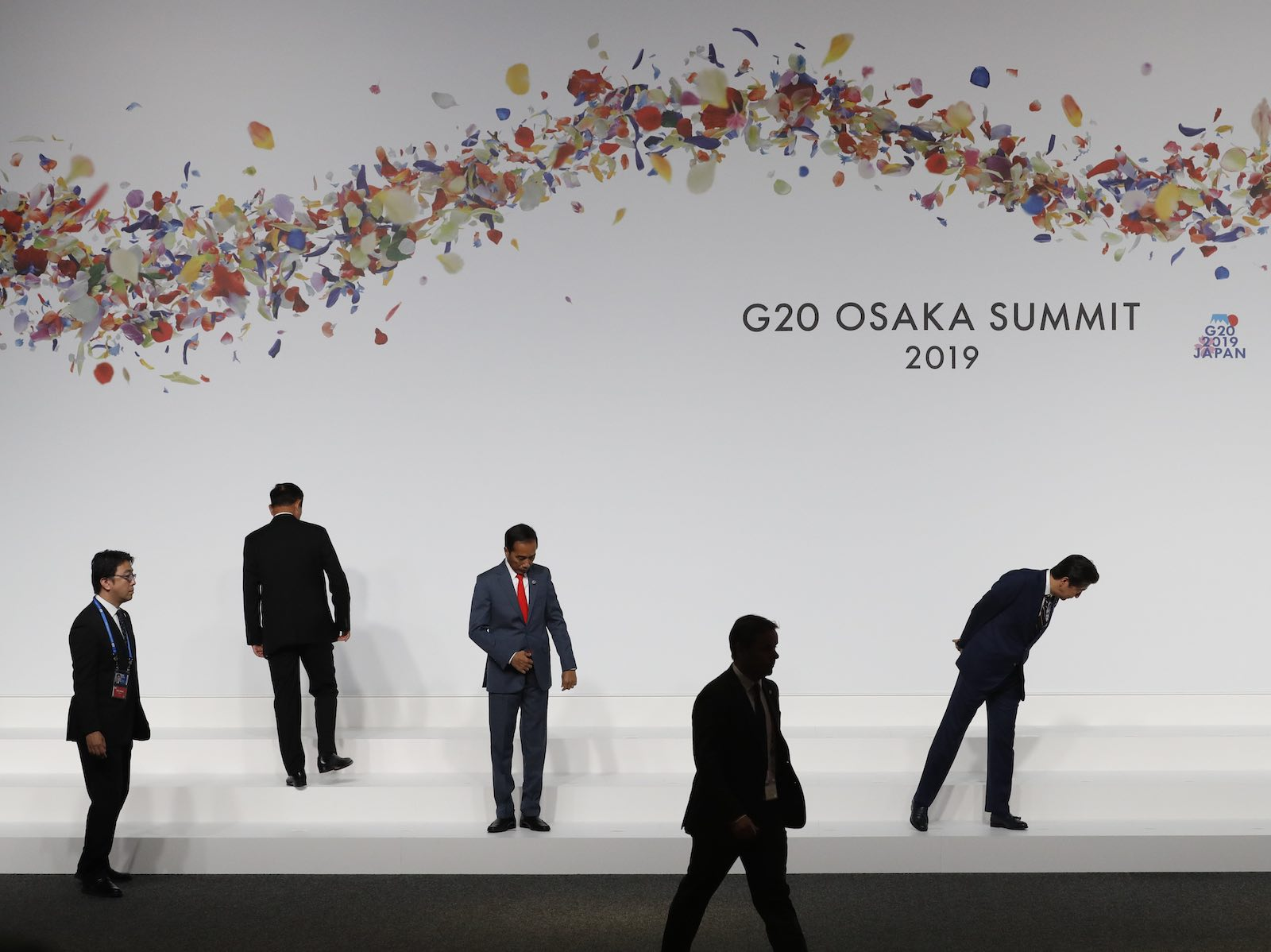 Indonesian President Joko Widodo and Japanese Prime Minister Shinzo Abe check their positions before a photo session at the G20 summit (Photo: Kim Kyung-Hoon via Getty)