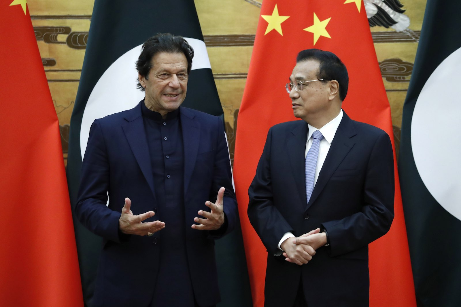 Pakistan's Prime Minister Imran Khan (L) speaks with Chinese Premier Li Keqiang at the Great Hall of the People in Beijing, 8 October 2019 (Yukie Nishizawa/Pool/Getty Images)