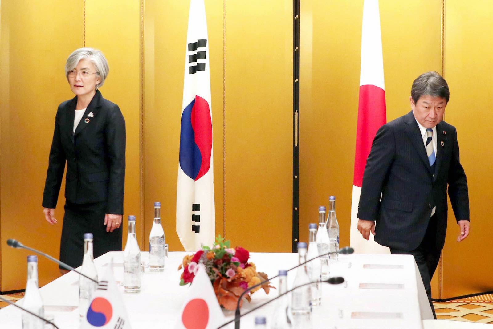 South Korean Foreign Minister Kang Kyung-wha (L) and Japanese Foreign Minister Toshimitsu Motegi meeting on the sidelines of the G20 Foreign Ministers Meeting, 23 November 2019 in Nagoya, Japan (The Asahi Shimbun via Getty Images)