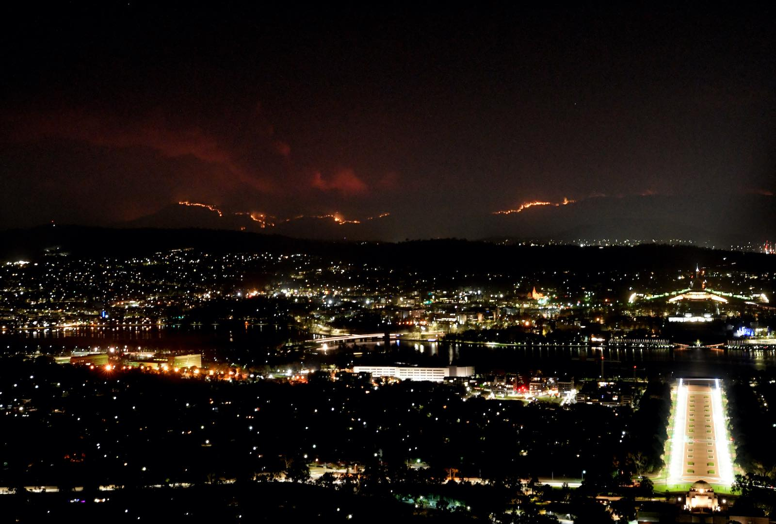 The Orroral Valley fire burns near Canberra, 31 January 2020 (Tracey Nearmy/Getty Images)