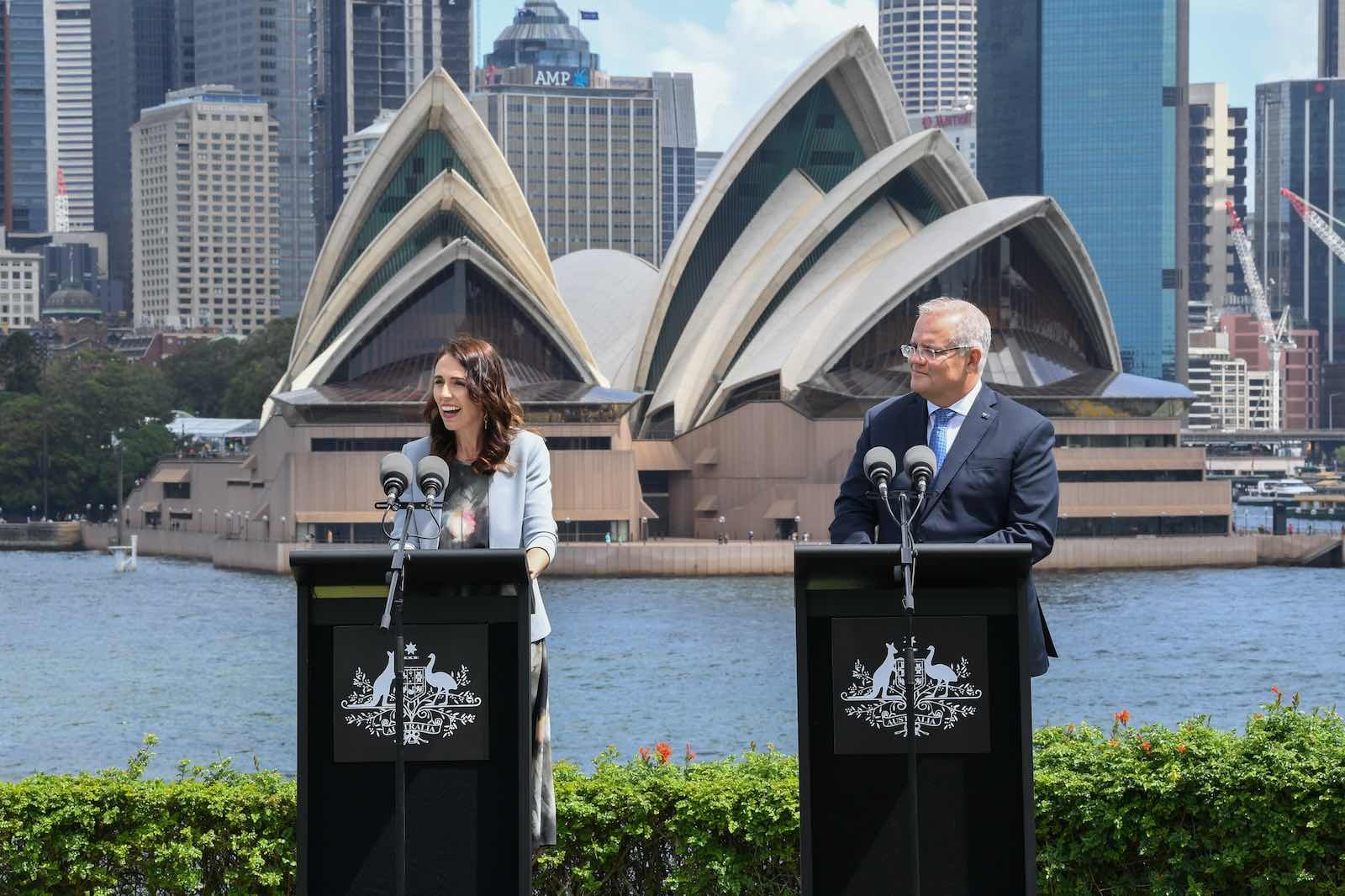 New Zealand Prime Minister Jacinda Ardern (left) and Australian Prime Minster Scott Morrison at a joint press conference in Sydney, 28 February 2020 (James D. Morgan/Getty Images)