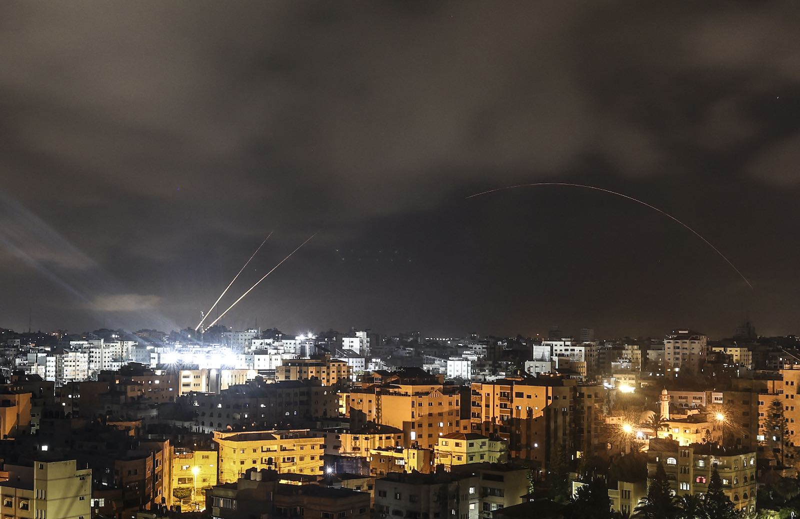 Rockets are fired from the Gaza Strip just before the start of a ceasefire brokered by Egypt between Israel and the ruling Islamist movement Hamas, 21 on May 2021 in Gaza City (Mahmud Hams/AFP via Getty Images)