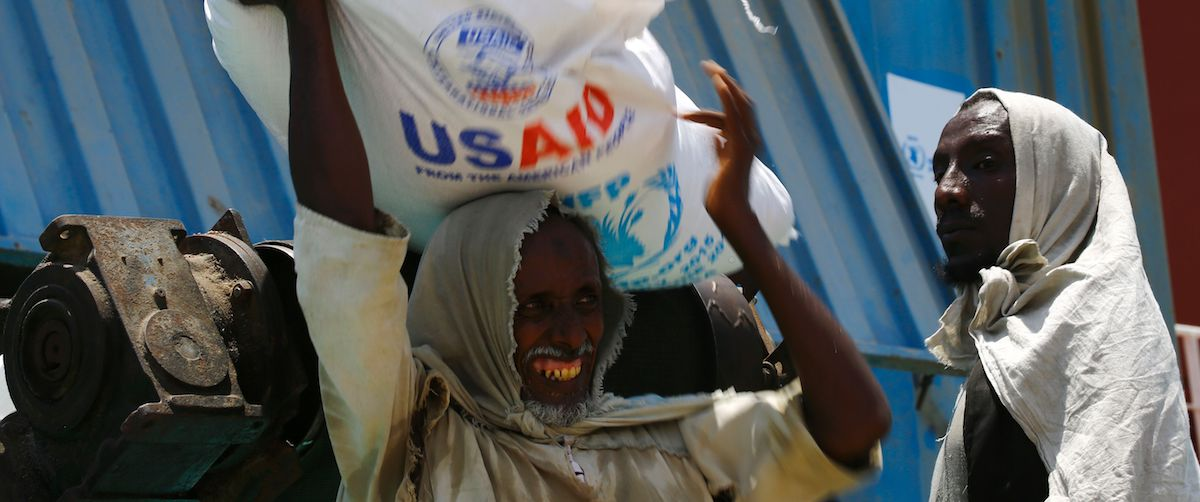 Sudanese dockers unload a US aid shipment (Photo: Ashraf Shazly via Getty)
