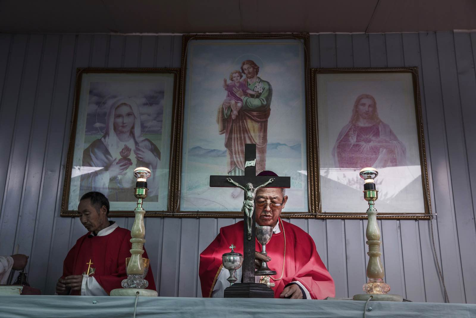 """A priest leads mass during the Easter Holy Week at an """"underground"""" church near Shijiazhuang, Hebei Province, China, April 2017 (Photo: Kevin Frayer/Getty Images)"""