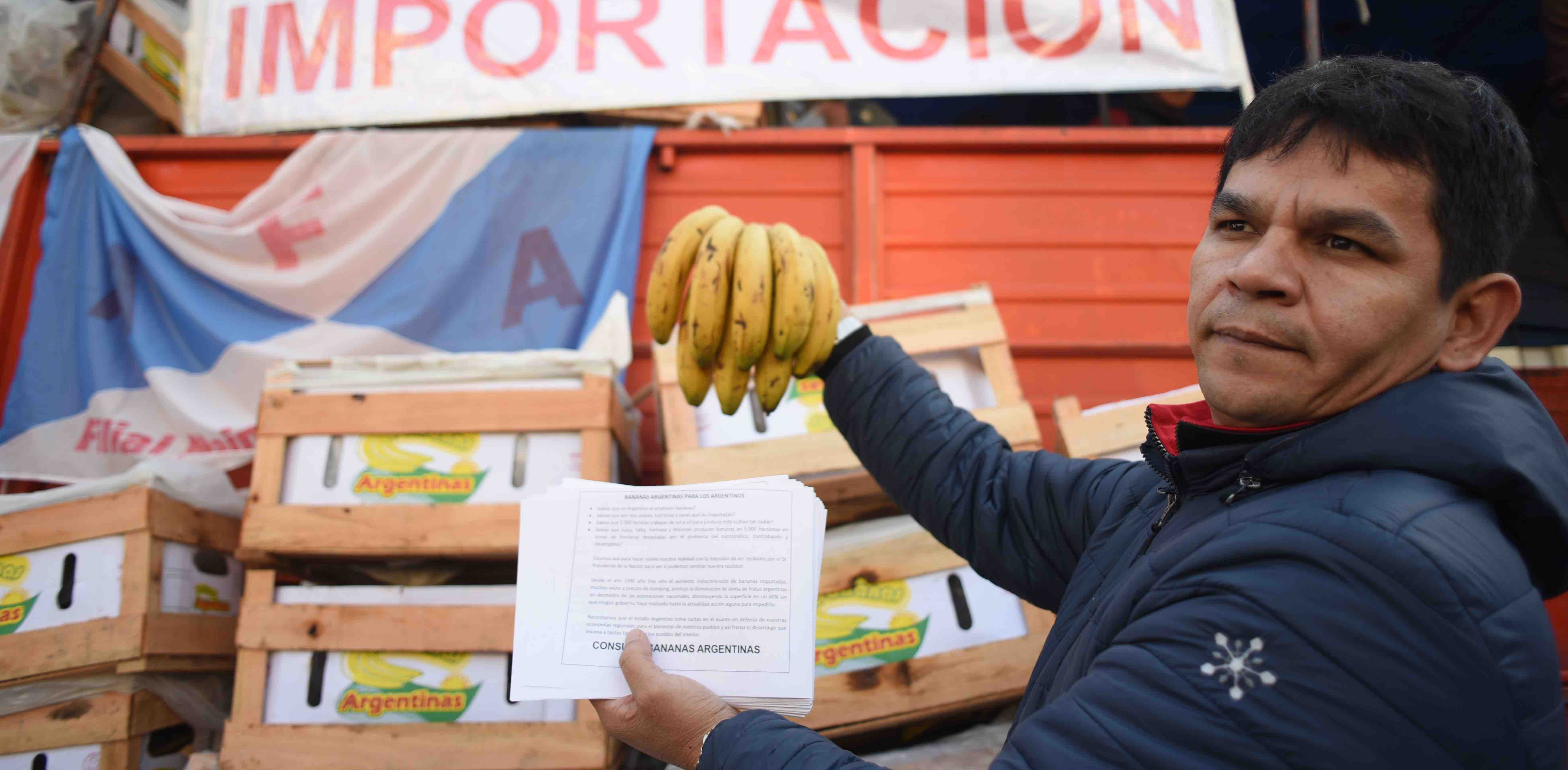 An Argentinian banana producer demonstrates in Buenos Aires against foreign fruit imports (Photo: Mariano Sanchez/Getty)