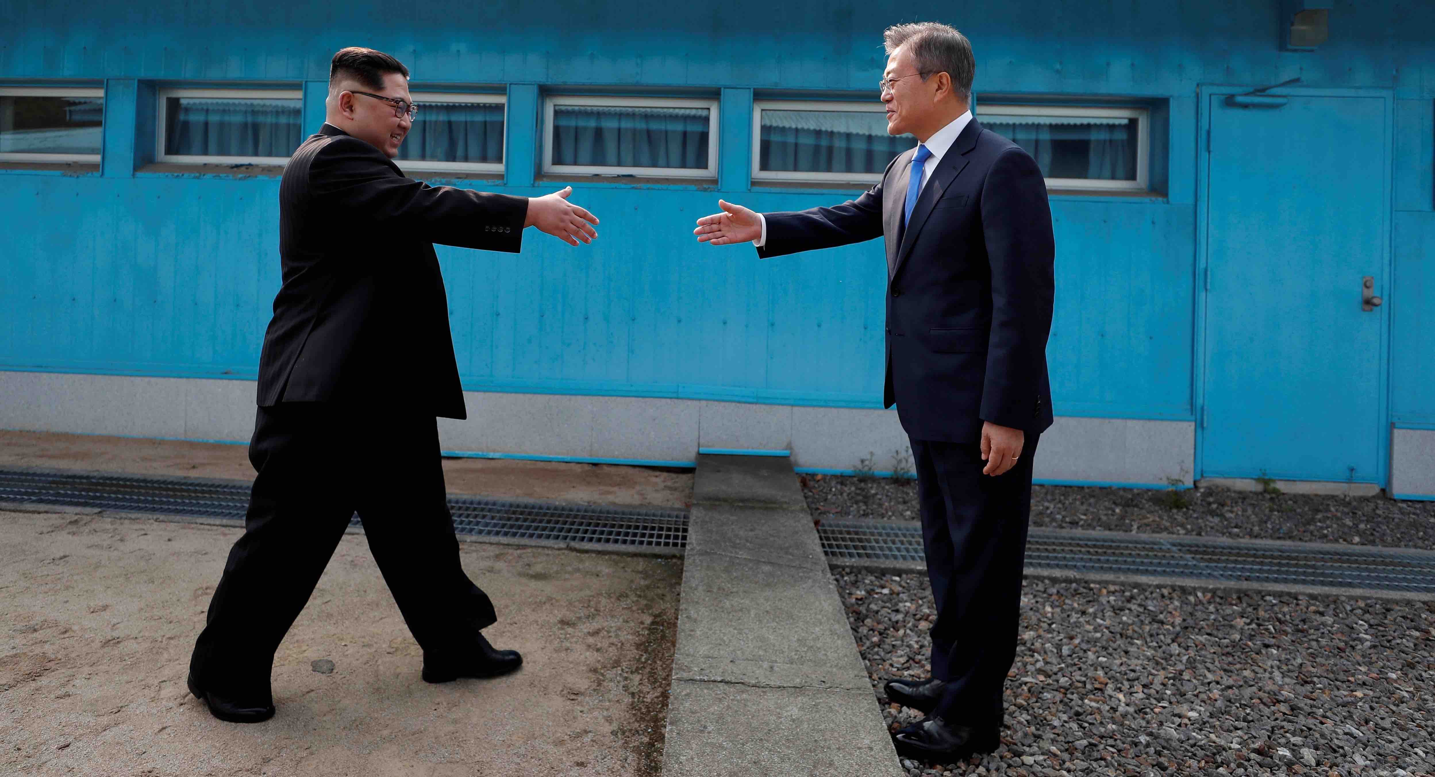 Kim Jong-un and Moon Jae-in meet at the Military Demarcation Line in the truce village of Panmunjom (Photo: Getty Images)