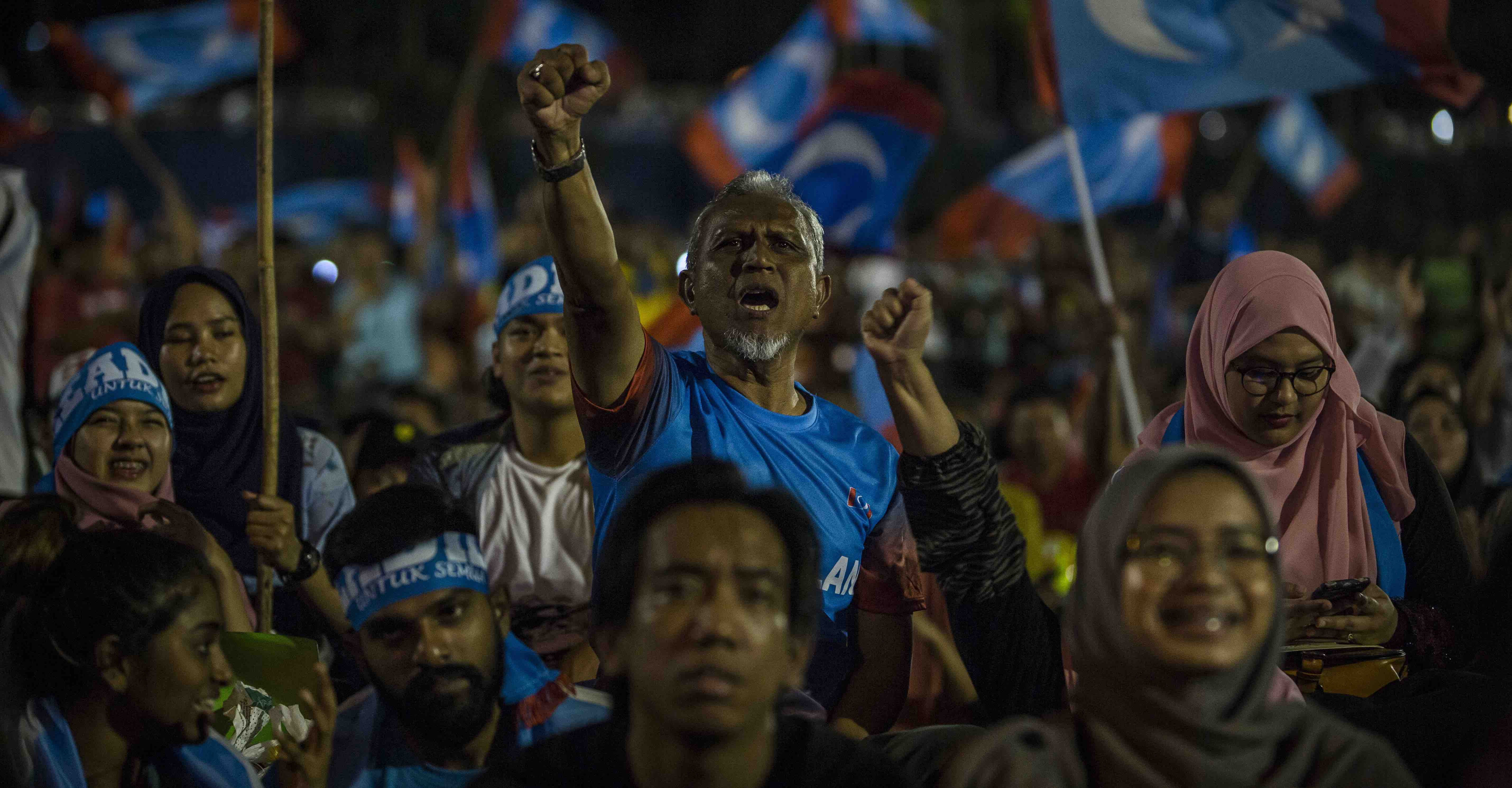 Supporters of Mahathir Mohamad as Malaysia's election results are announced on Wednesday (Photo: Ulet Ifansasti/Getty)