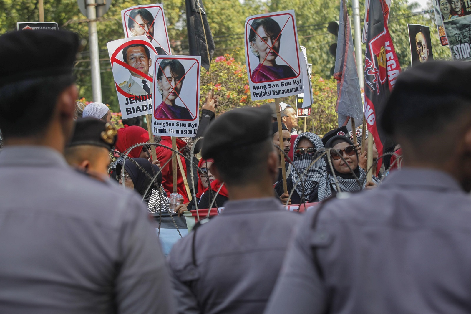 Indonesian Muslim protesters at a protest outside of Myanmar Embassy in Jakarta. (Photo: Agoes Rudianto/Anadolu Agency/Getty Images)