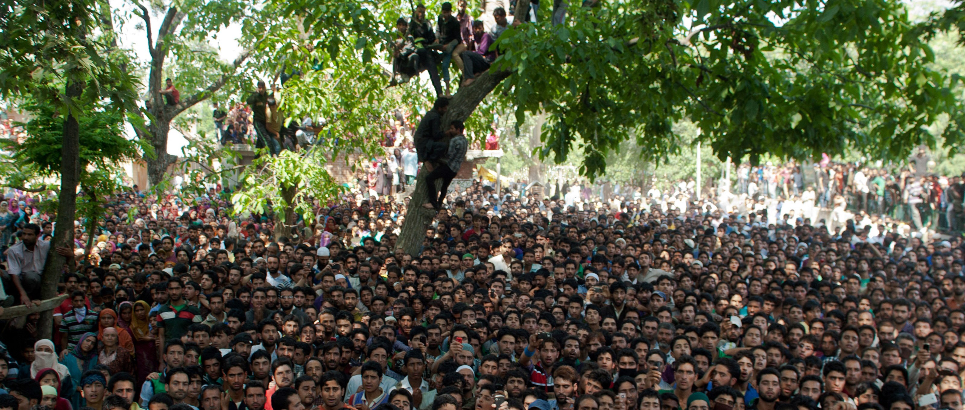 The crowd at a Jaish-e-Mohammad funeral in Kashmir in 2006 (Photo: Yawar Nazir/Getty Images)