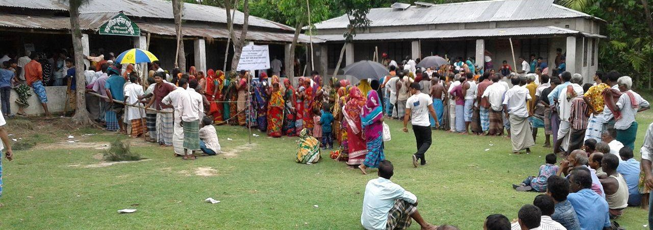 Queueing for cash relief in the Noakhali district, Bangladesh, in the wake of Cyclone Mora (Photo: Flickr/Climate Centre)
