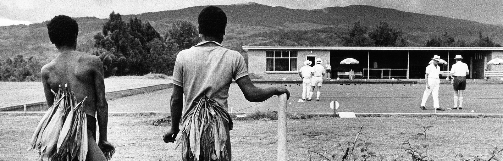 Papua New Guineans watch Austrailians playing boule c.1970 (Photo: Getty Images)