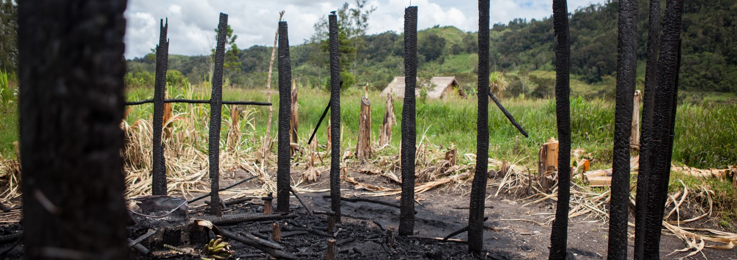 Houses burnt down as part of a tribal fight in Southern Highlands Province, PNG. (Photo: ICRC/Jessie Boylan)
