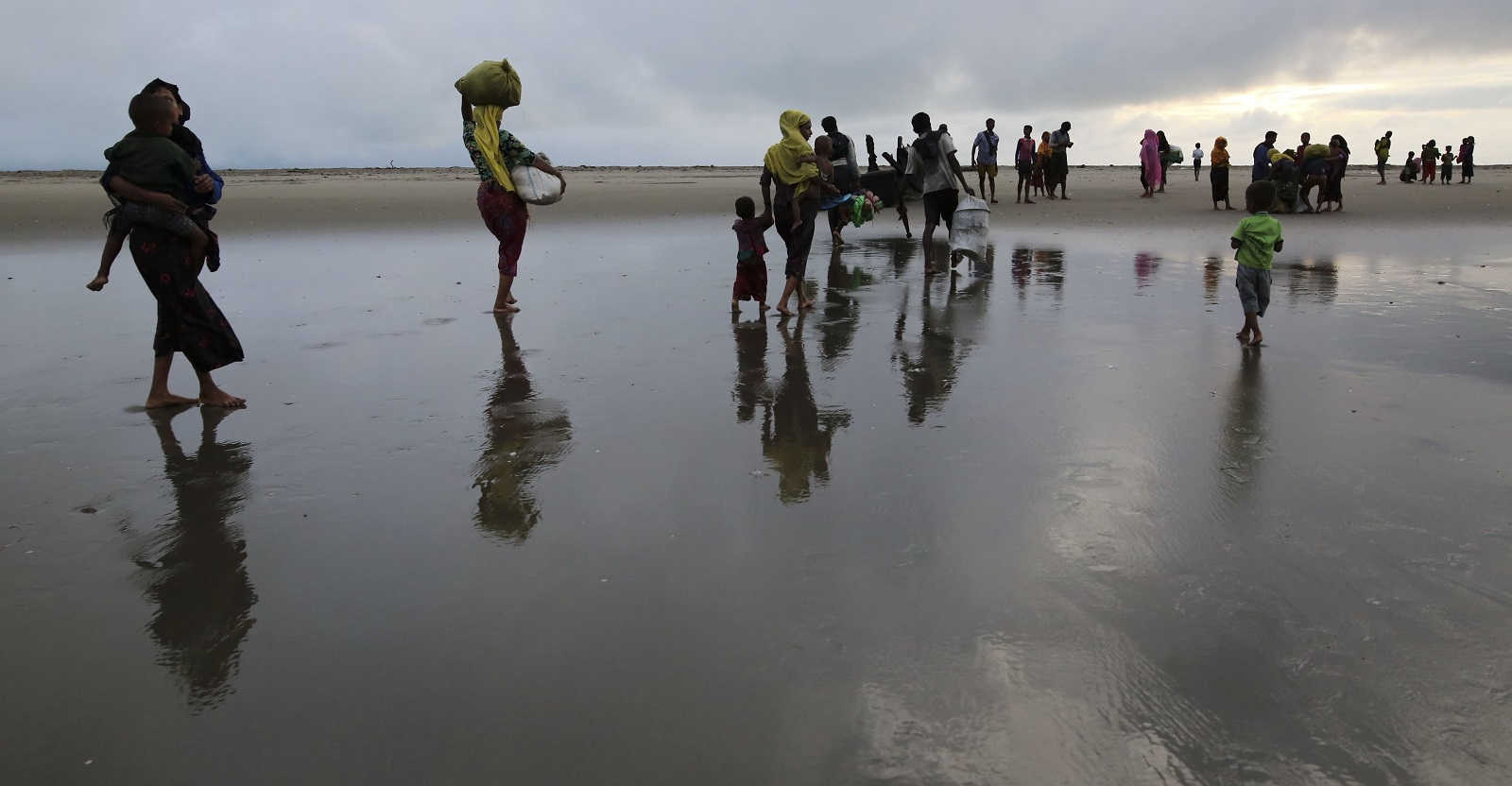 Rohingya Muslims make their way through a beach in Teknaff, Bangladesh. (Photo: Zakir Hossain Chowdhury/Getty Images)