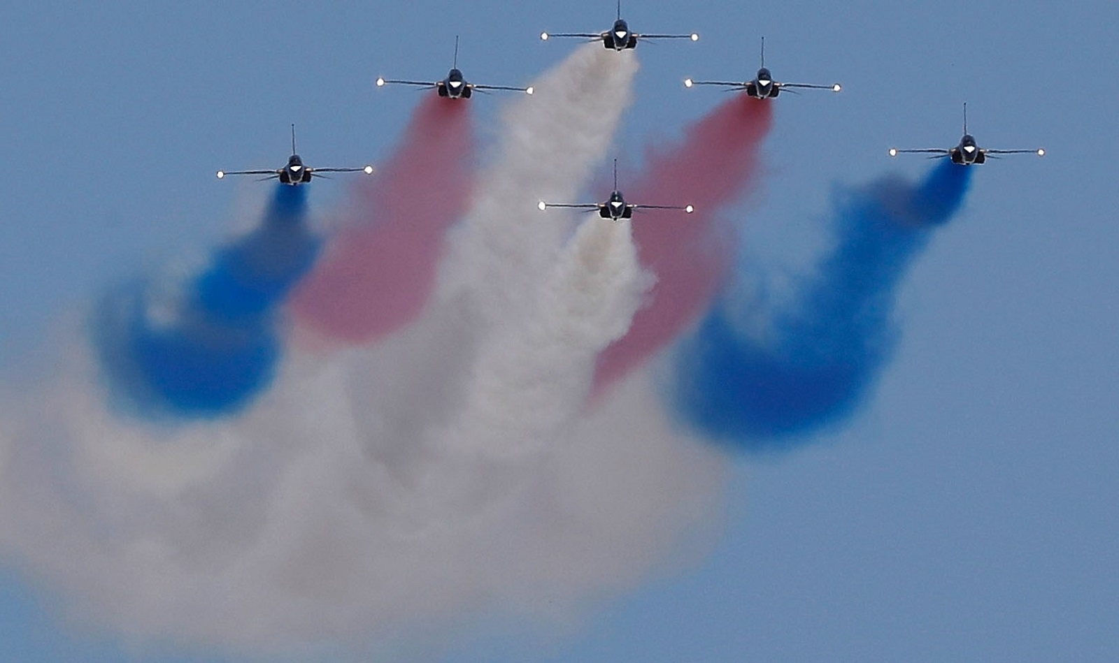 An acrobatic team performing during the 69th South Korea Armed Forces Day on 28 September. (Photo: Jeon Heon-Kyun-Pool/Getty Images)