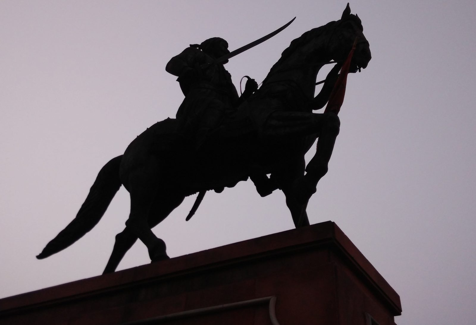 An existing statue of Shivaji Maharaj in Agra, similar in style to the much larger version planned off the coast of Mumbai (Photo: Wikimedia Commons)
