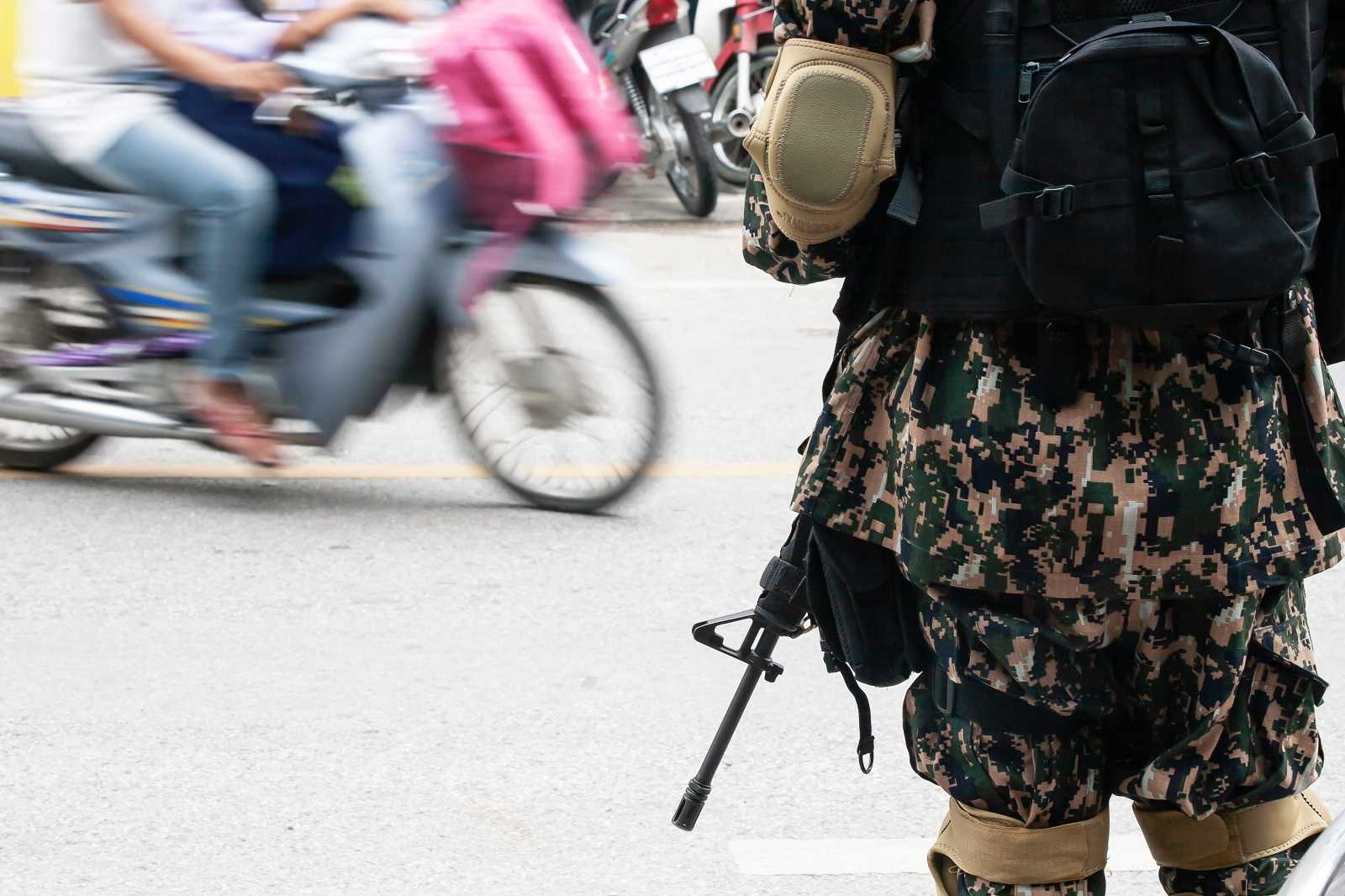 Royal Thai Army soldier on patrol near a local market at Narathiwat, during South Thailand's insurgency conflict (Tanes Ngamson/Getty Images)