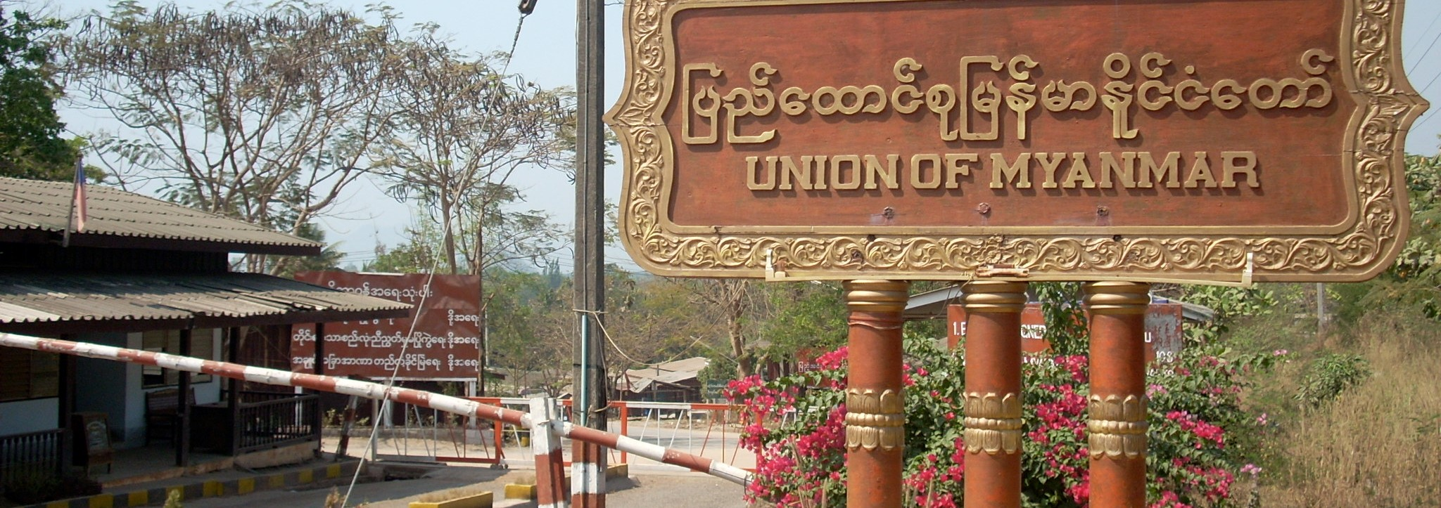 The border checkpoint between Thailand and Myanmar at Three Pagodas Pass (Photo: Flickr/ joaquin uy)