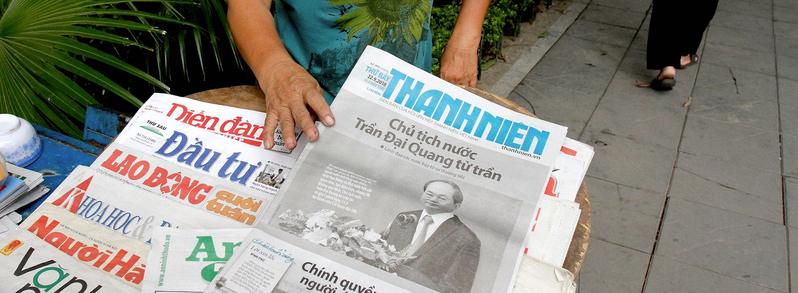 Newspapers reporting on Vietnamese President Tran Dai Quang's death in Hanoi, 22 September, 2018 (Photo: Nhac Nguyen / AFP)