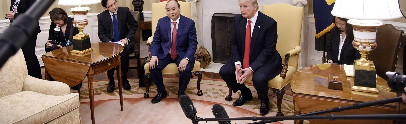 US President Donald Trump meets with Vietnam's Prime Minister Nguyen Xuan Phuc in the Oval Office of the White House, on 31 May. (Olivier Douliery-Pool/Getty Images)