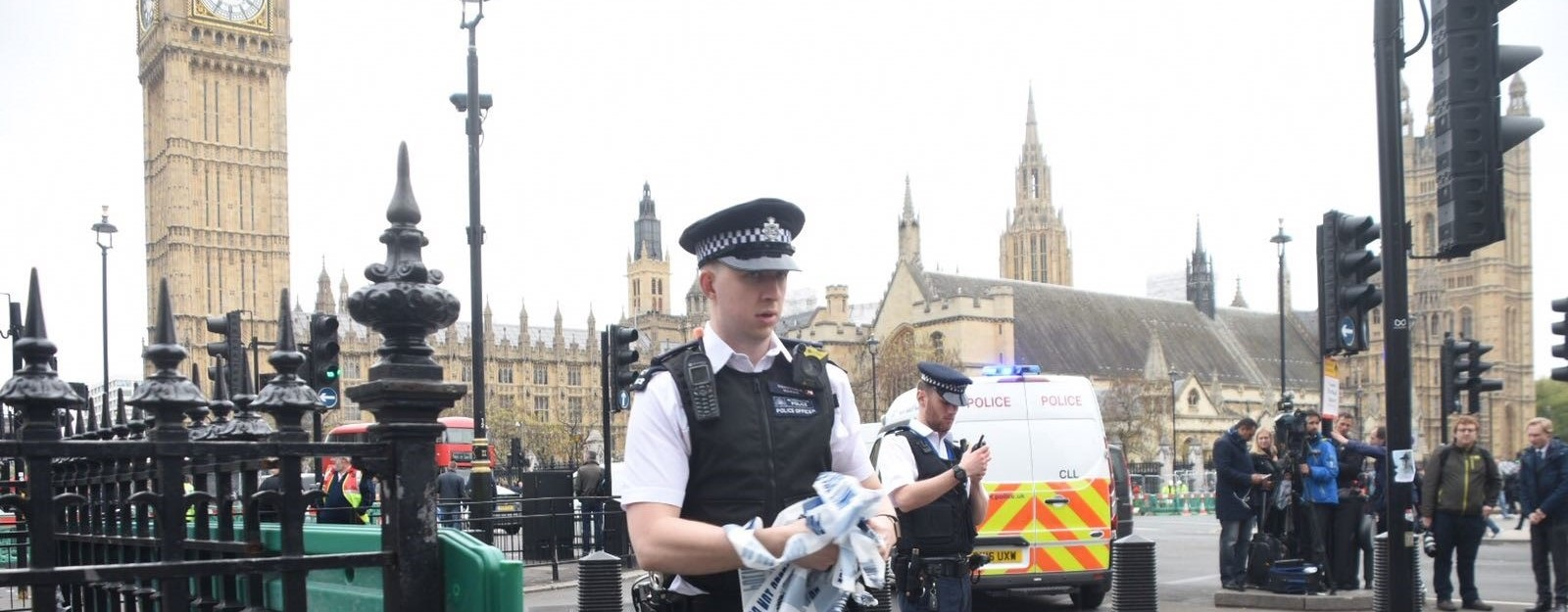 British police take security measurements near the Houses of Parliament on April 27 after a man was arrested under the terrorism act. (Photo: Behlül Çetinkaya/Getty)