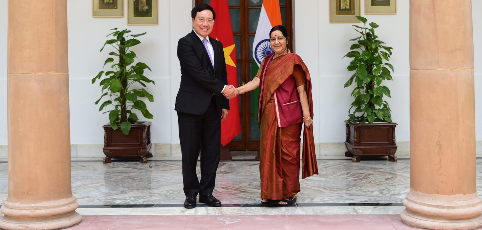 Vietnam's Deputy PM and Foreign Minister Pham Binh Minh with India's Minister of External Affairs Sushma Swaraj in New Delhi on 4 July (Photo: Flick/India MEA)