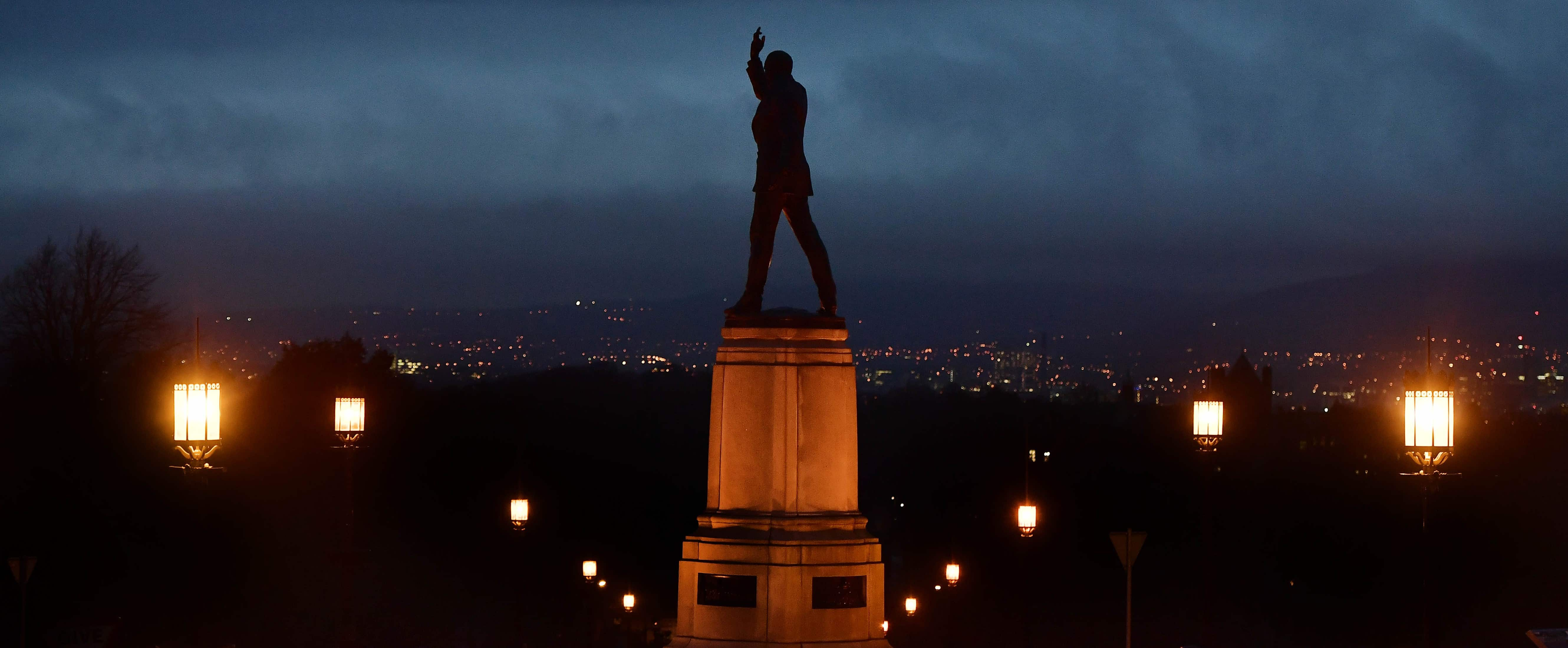 The sun settng on a statue of Edward Carson, a prominent unionist, in Belfast, Northern Ireland, Jauary 2017 (Photo: Getty Images/Charles McQuillan)
