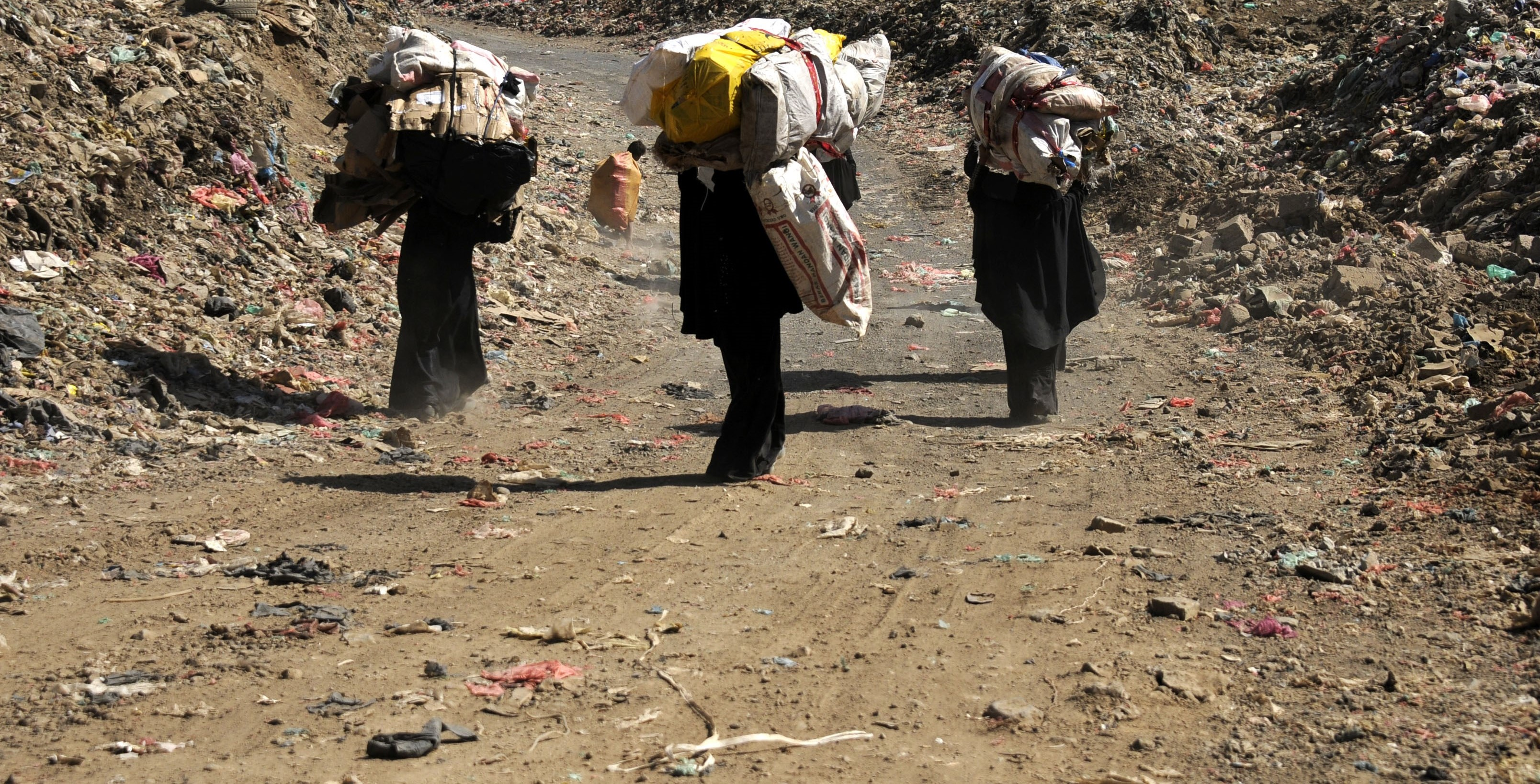 Yemeni people collect rubbish for recycling from a garbage dump in Sana'a, Yemen, March 2017 (Photo: Getty Images/Anadolu Agency)