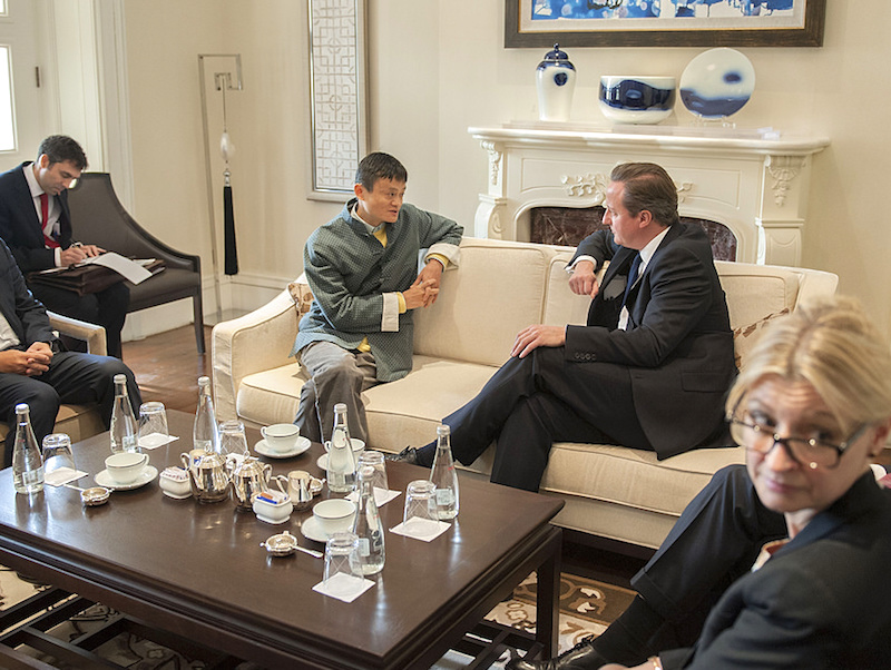 Jack Ma speaks with then-Prime Minister of the UK David Cameron (Photo: Number 10/Flickr)