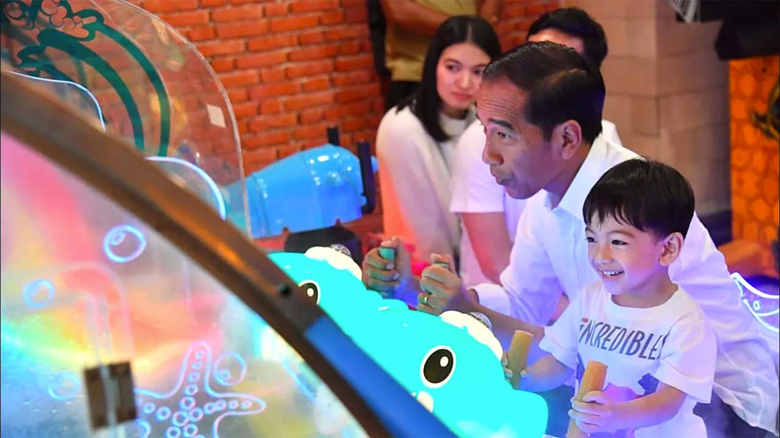 Joko Widodo and three-year-old grandson Jan Ethes at the shopping mall (Photo: Sekretariat Presiden/YouTube)