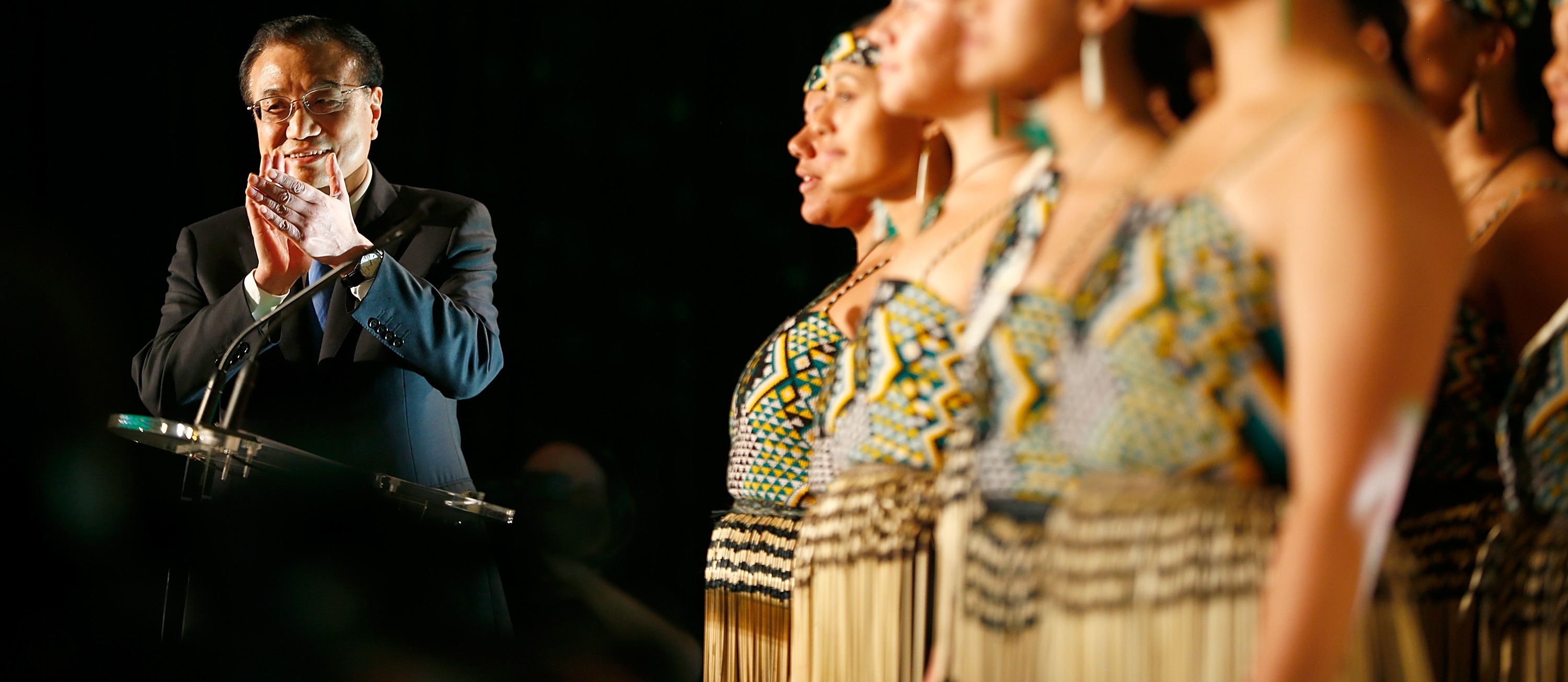 Chinese Premier Li Keqiang watches a maori cultural performance on 28 March 2017 in Auckland, New Zealand. (Getty/Phil Walter)