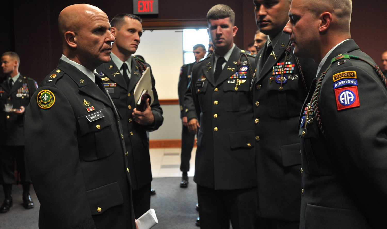 McMaster speaking with officers from the 82nd Airborne Division, 2009 (Photo: Wikimedia/United States Army)